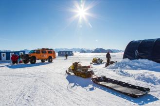 Le soleil brille sur Union Glacier, mais les conditions météo sont défavorables sur le point de départ de l'expédition et ne permettent pas au Twin Otter de s'y poser. Nous sommes prêts, nous attendons. Nous prenons aussi conscience du défi qui nous attend : parcourir 2.045 km en ski à travers l'Antarctique, via le pôle Sud.