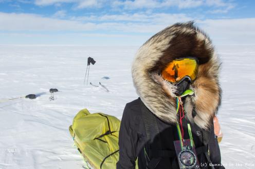 Nous utilisons une boussole pour nous orienter, et un GPS pour fixer le cap de temps en temps. Le vent et le soleil, lorsqu'ils nous accompagnent, sont des indicateurs de terrain tout aussi efficace que la boussole.