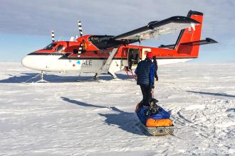 Nous ne savons pas si nous aurons la chance de revenir un jour en Antarctique, alors c'est avec beaucoup d'émotion que nous avons marché, pendant près de 16 heures, le 26 janvier, pour rejoindre Hercules Inlet, le terme de notre expédition. Une journée commencée dans le brouillard, avant que l'horizon ne s'éclaircisse peu à peu, au loin, très loin. Contourner les crevasses et poursuivre cette interminable descente vers l'arrivée. Le regard qui fuit, qui cherche quelques ultimes repères, et le corps qui poursuit son effort sans relâche, mécaniquement. Le GPS qui affiche les derniers kilomètres, le dernier kilomètre. Et puis déchausser une dernière fois les skis. Les regards qui se croisent, en silence. Une étreinte et des pensées qui se bousculent. Le temps qui s'arrête, le temps de l'expédition. Savourer ce moment comme tous les autres. Plus que les autres. Partir. Et puis se projeter à nouveau.
