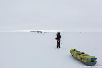23 décembre. 40ème jour d'expédition. Après plus de 900 kilomètres parcourus depuis le départ, le pôle Sud se révèle enfin à l'horizon. Nous apercevons au loin la base Amundsen Scott.