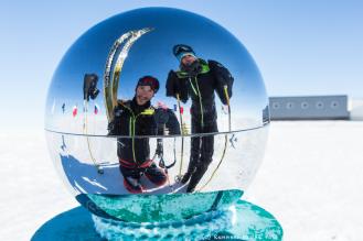 Veillée de Noël au pôle Sud. Un Noël blanc. Il fait -35 °C. La neige, ou plutôt la glace, ne manque pas. Le jour est permanent mais la magie de Noël opère néanmoins.