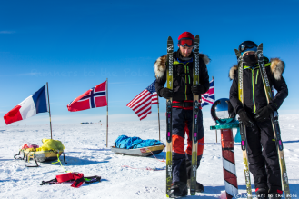 Veillée de Noël au pôle Sud. Jour de repos et de préparation avant la seconde partie de l'expédition. Le temps aussi de prendre quelques photos pour tous les partenaires qui nous soutiennent - ici devant la boule en métal qui matérialise le pôle Sud géographique.