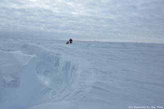 Nous sommes si petits dans l'immensité de l'Antarctique. Et pourtant, c'est bien là le paradoxe de l'Antarctique : un continent qui révèle toute la puissance de la nature aux aventuriers qui osent s'y confronter et, en même temps, un continent fragile face au réchauffement climatique.