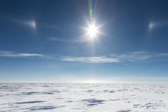 """L'Antarctique nous propose parfois un parhélie, également appelé """"soleil double"""". Relever la tête pour oublier un peu cet horizon fuyant."""